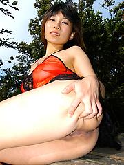 Japanese Yuuki Asuka gets naked at the park
